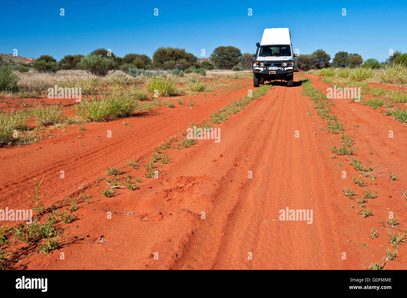 Vía desierto australiano típico en el centro rojo. Imagen De Stock