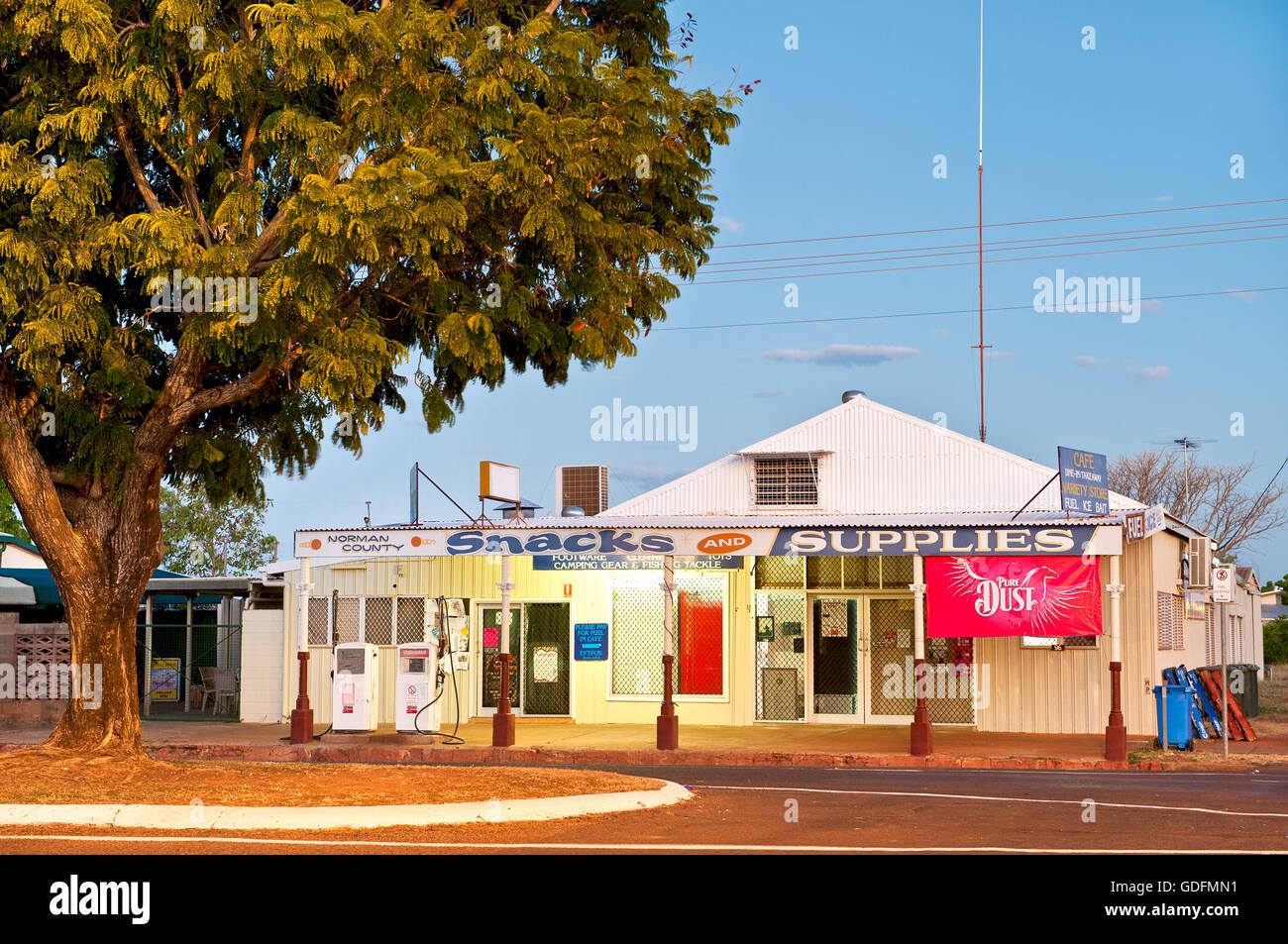 Diversas tiendas en la ciudad de Outback Normanton. Imagen De Stock