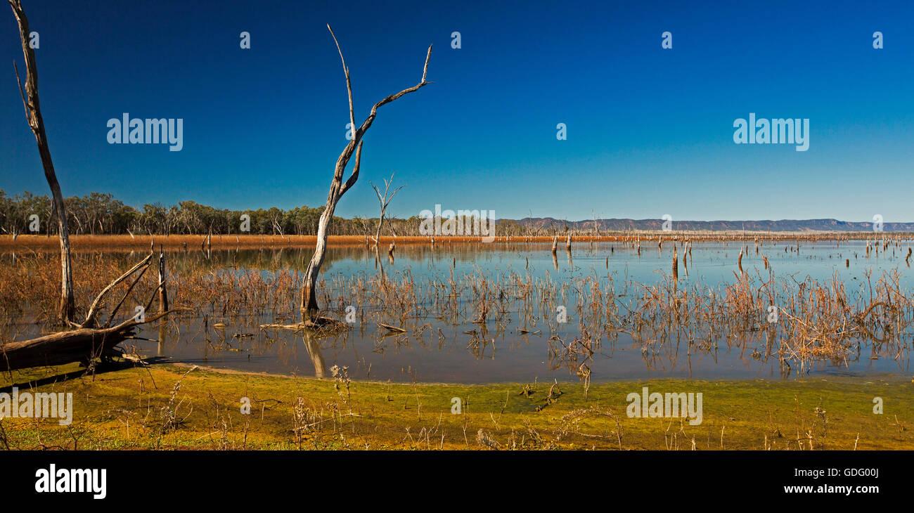 Vista panorámica de vastas aguas azules del lago Nuga Nuga con rangos de Carnarvon resistente en el horizonte Imagen De Stock