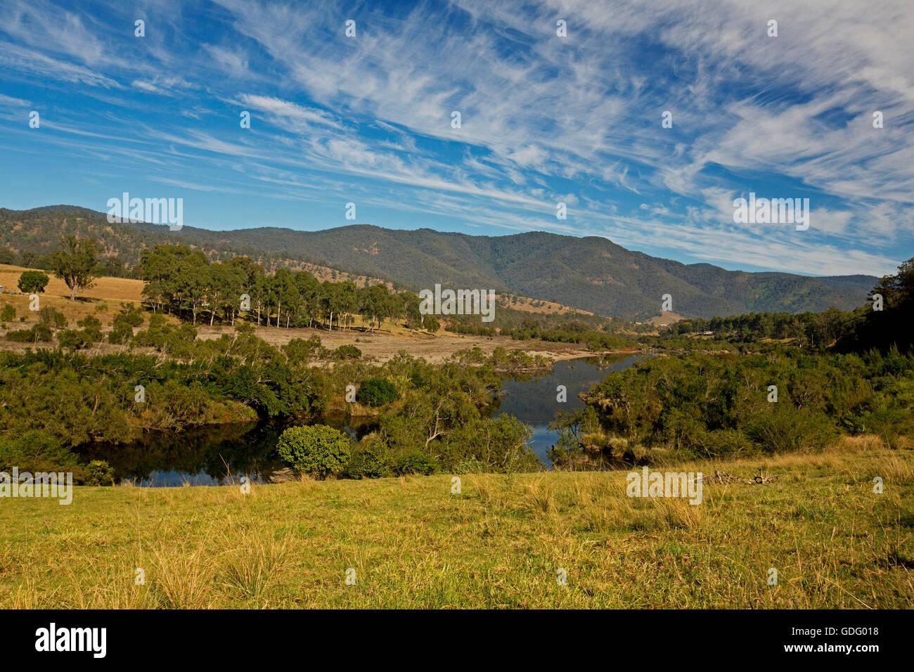 Impresionante paisaje, Mann Río atravesar bosques, pastos de oro, las colinas boscosas de la Gran Cordillera Imagen De Stock