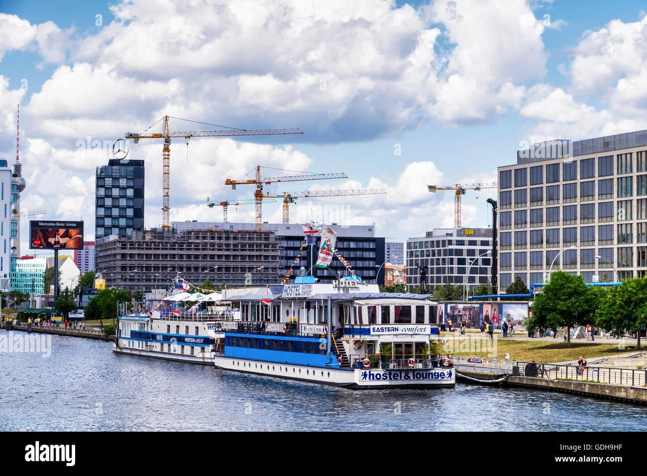 Berlín. Eastern-Comfort Western-Comfort hotel y albergue juvenil en el barco amarrado en el río Spree Imagen De Stock