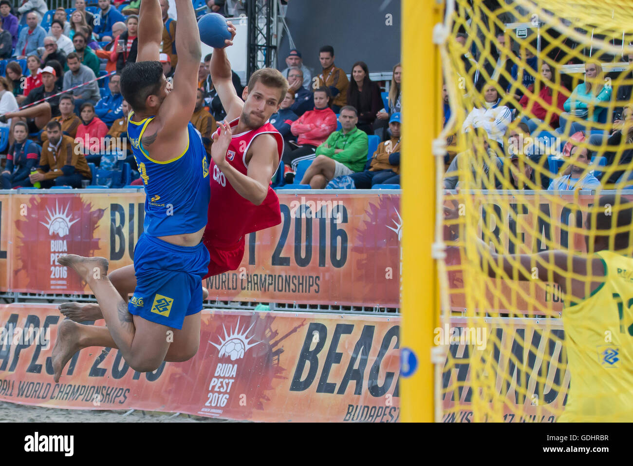 Budapest. El 17 de julio, 2016. Valentino Valentakov (C) de Croacia dispara durante la final contra Brasil de IHF Imagen De Stock