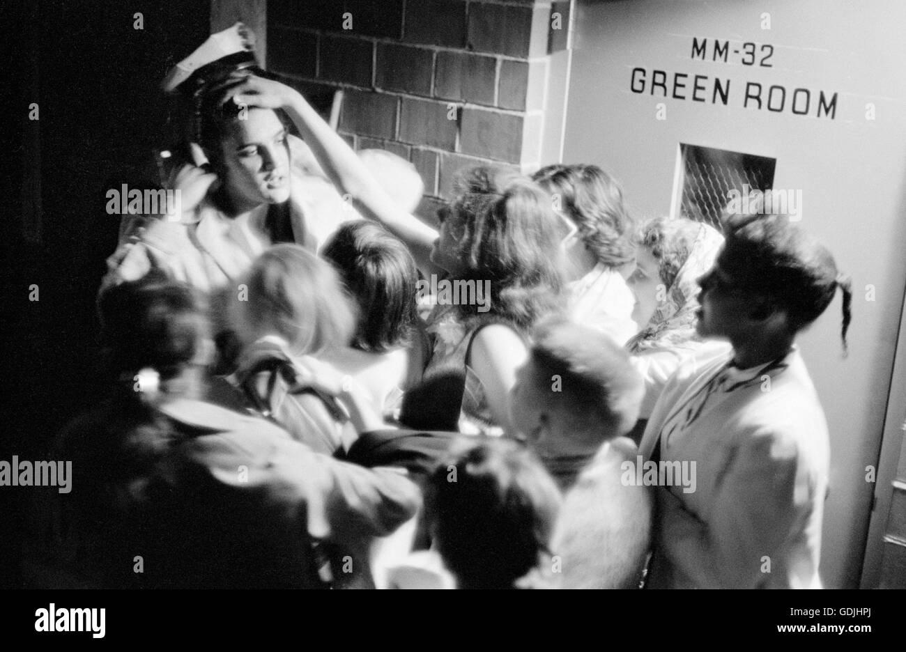 Elvis Presley se amotinaron por fervientes admiradores backstage después de una actuación en la Universidad de Dayton Fieldhouse, 27 de mayo de 1956. Foto de stock