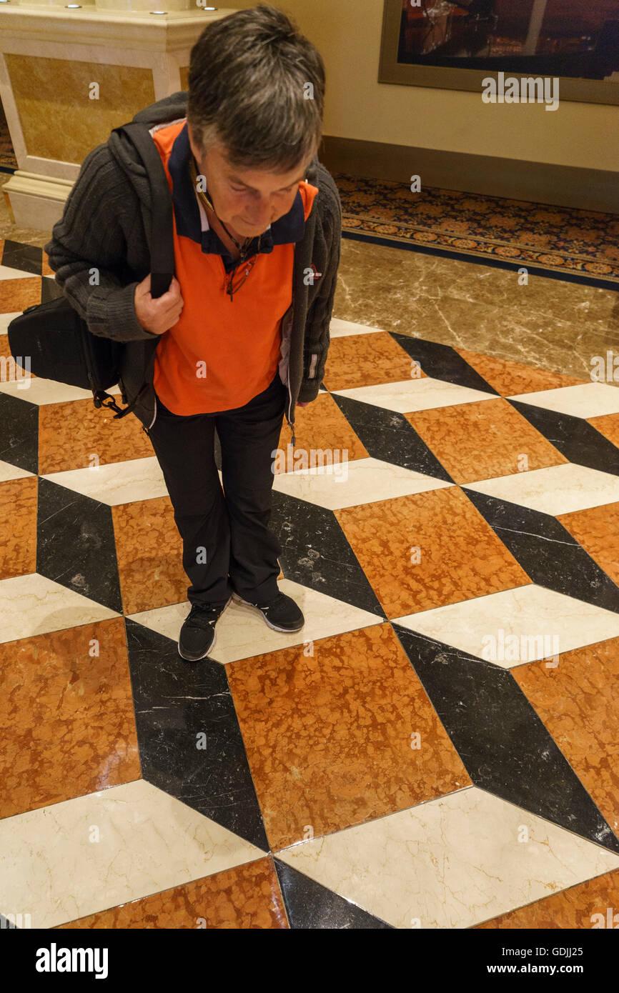 Mujer mirando hacia la ilusión óptica de los suelos en el Venetian Hotel Las Vegas Imagen De Stock