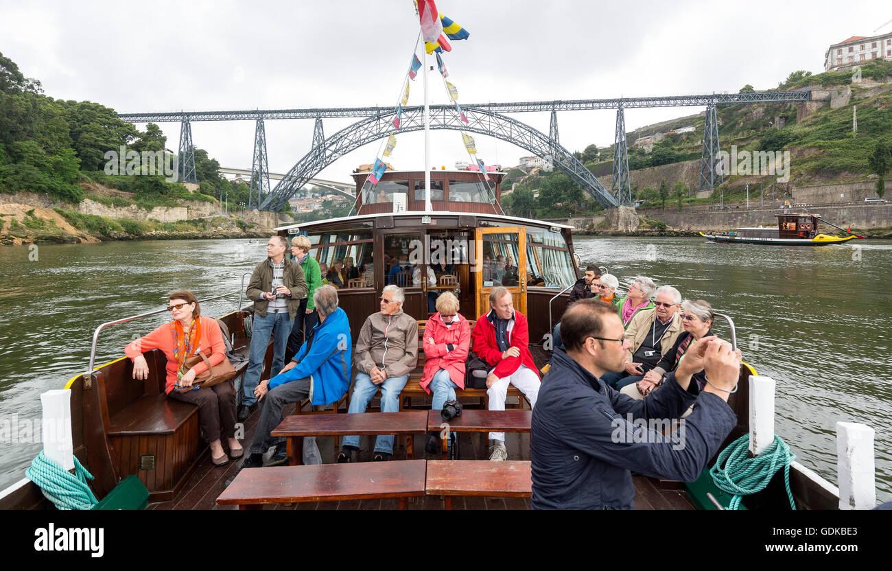 Turoperador Studiosus viaje de estudio, excursión con un barco de excursión bajo el famoso Puente de Porto, Imagen De Stock