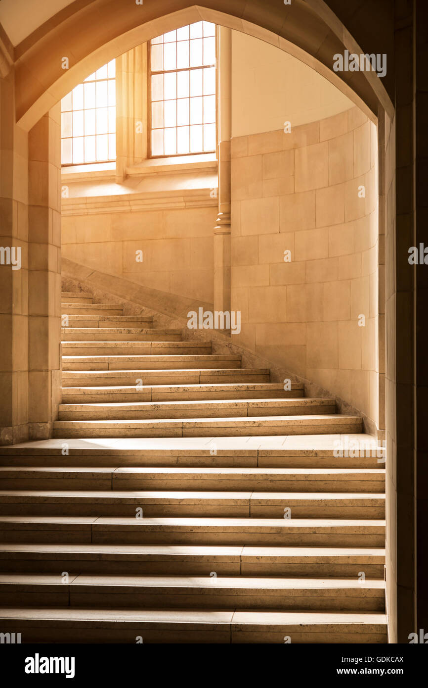 Escaleras de piedra de estilo gótico clásico escalera escalera y soportales. Edificios universitarios Imagen De Stock