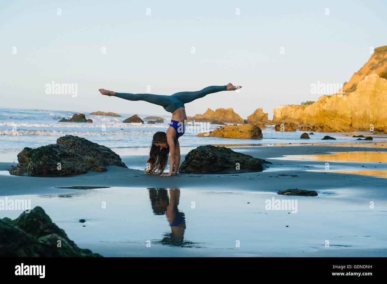 Joven bailarina preparada en pino en la playa, Los Ángeles, California, Estados Unidos. Imagen De Stock