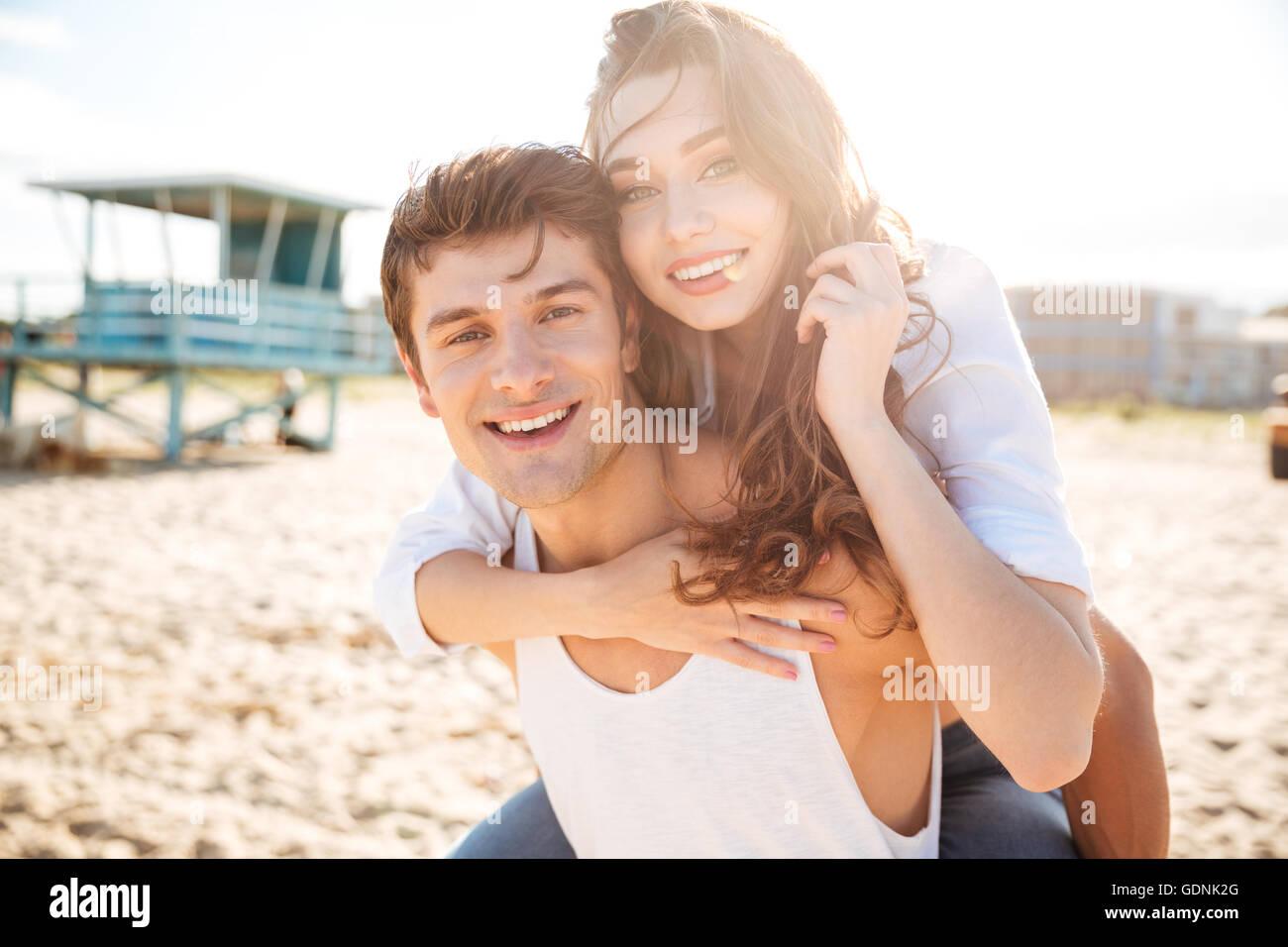 Feliz pareja joven divirtiéndose en la playa Imagen De Stock