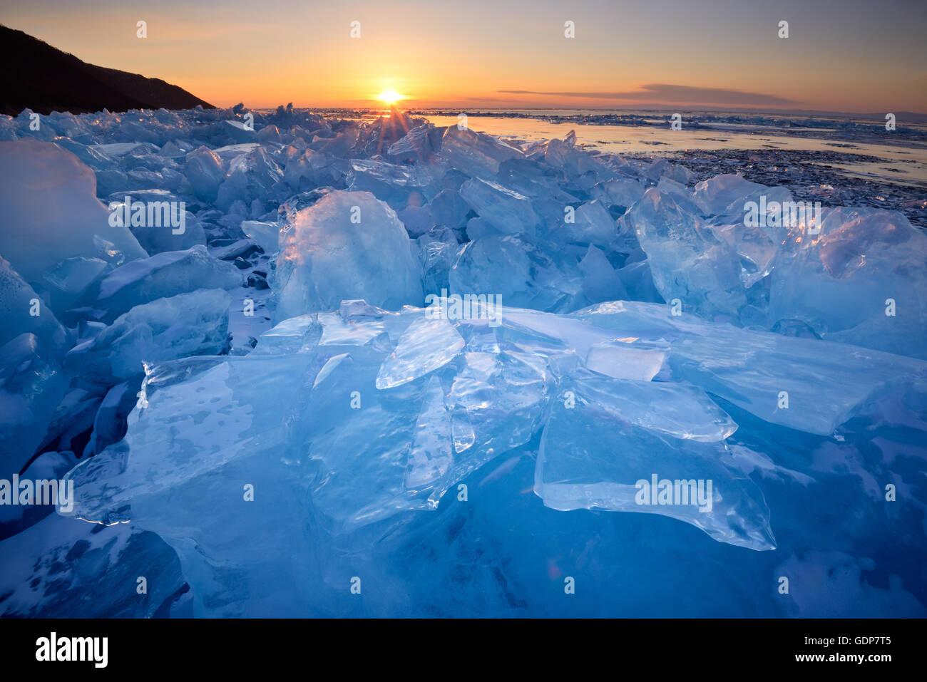 Apiladas de hielo roto al atardecer, el lago Baikal, Isla Olkhon, Siberia, Rusia Imagen De Stock