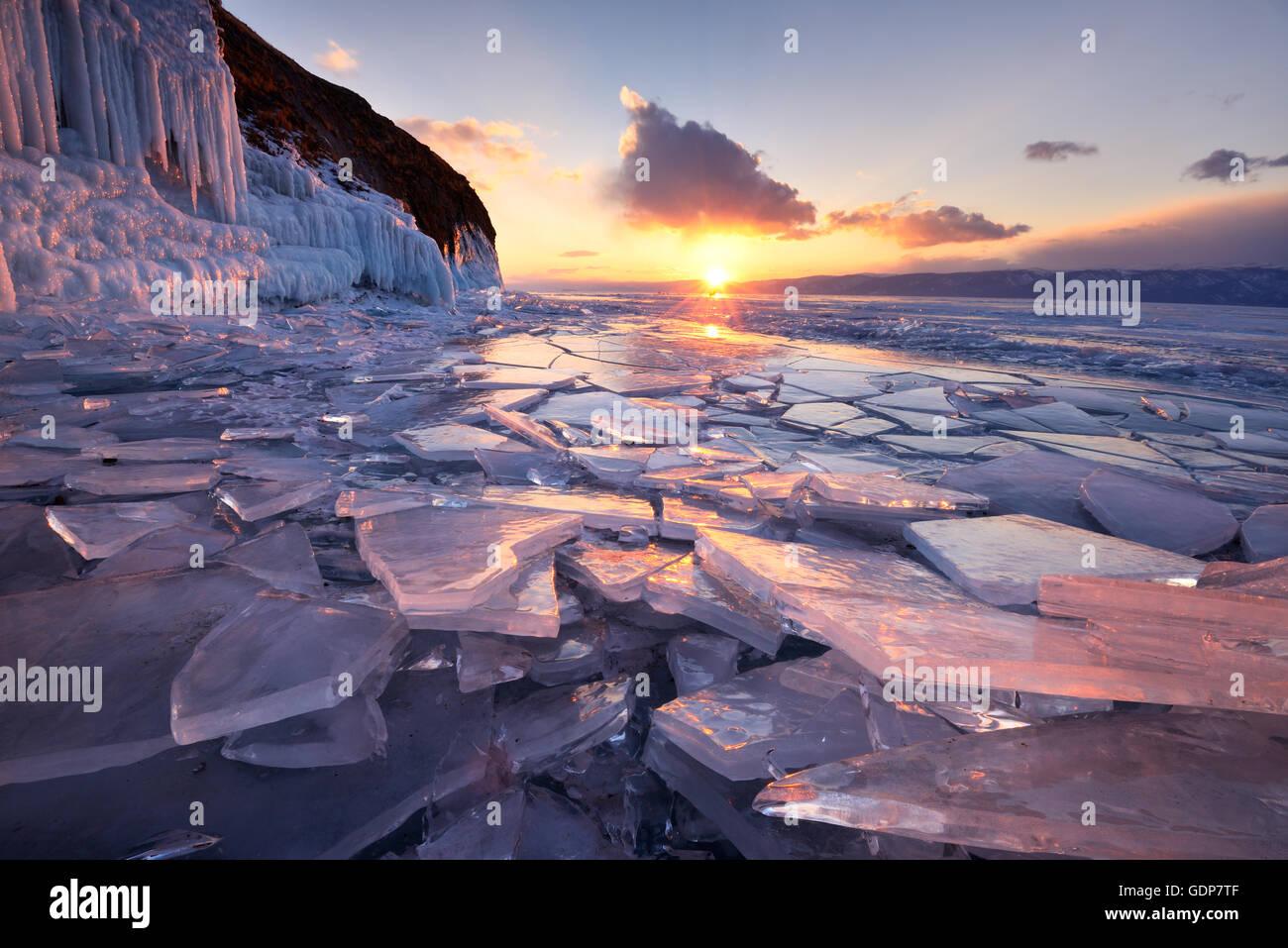 Roto el hielo al atardecer, el lago Baikal, Isla Olkhon, Siberia, Rusia Imagen De Stock