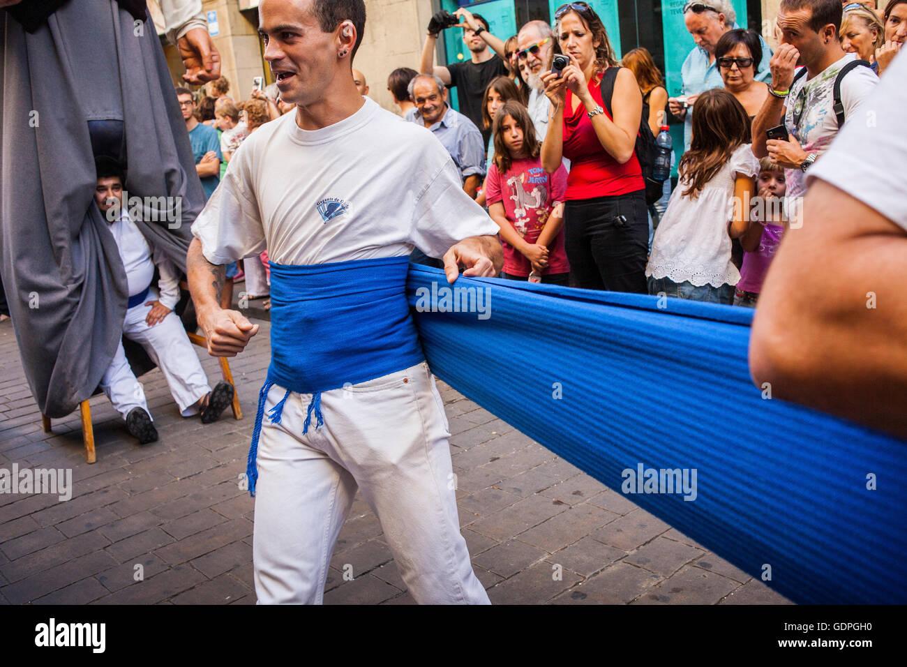 Las personas se preparan para llevar a los gigantes durante la Merce Festival, en la calle Ferran. Barcelona. Cataluña. España Foto de stock