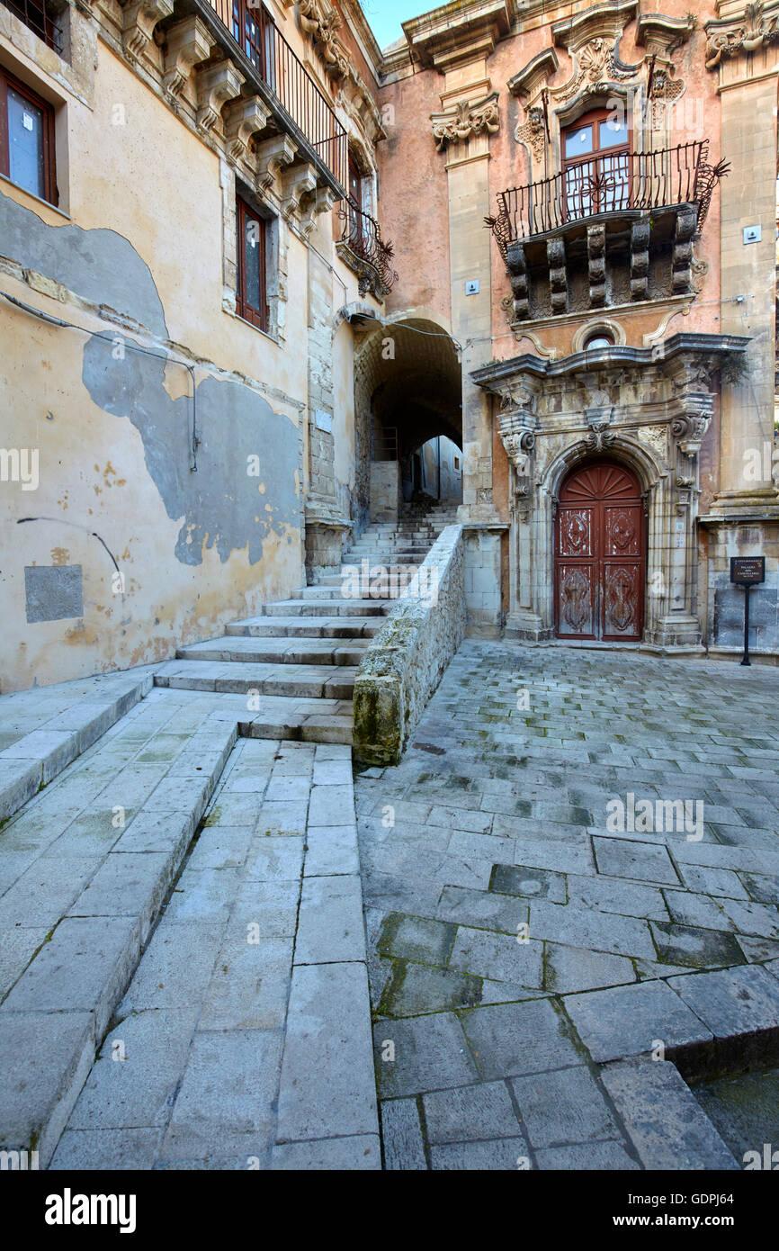 Detalles de las estrechas calles de Ragusa Ibla, Sicilia, Italia Imagen De Stock