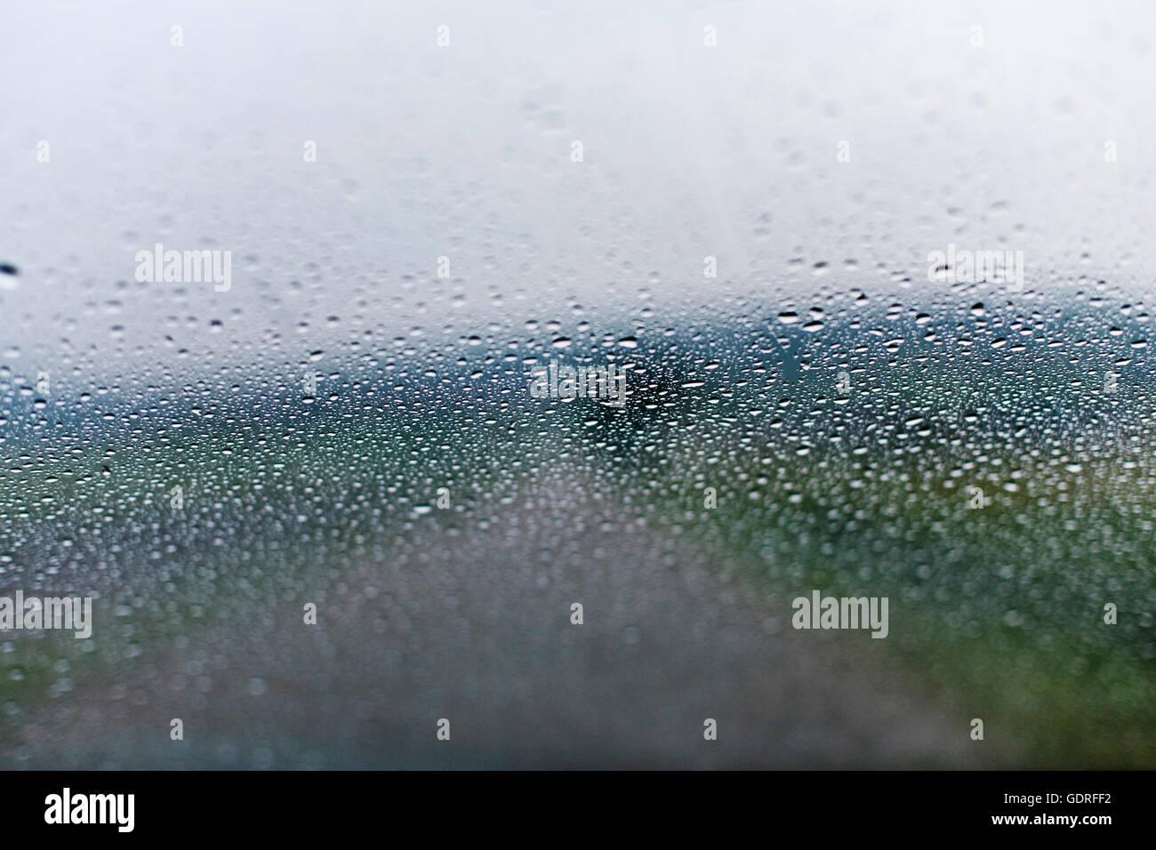 Las gotas de lluvia sobre un cristal de coche Imagen De Stock