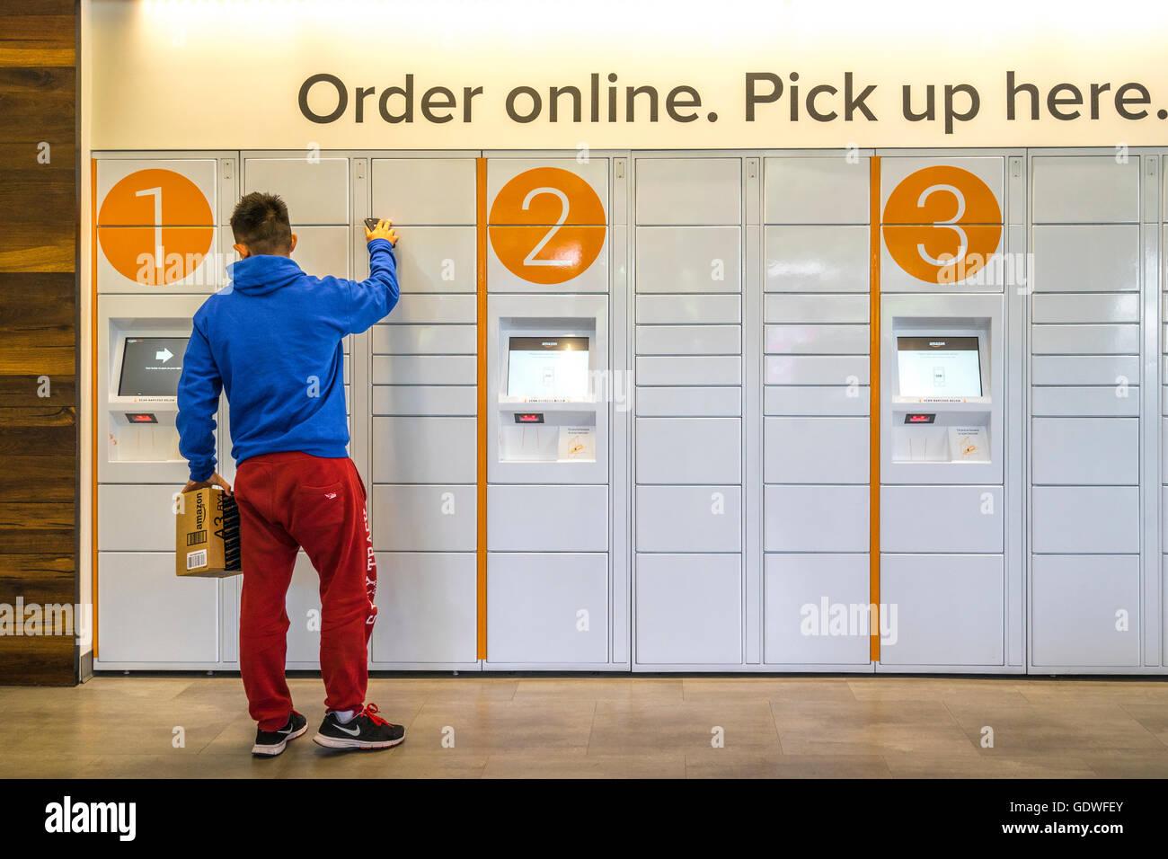 Cierre de un hombre ecommerce locker después de recoger un paquete ordenó online Foto de stock