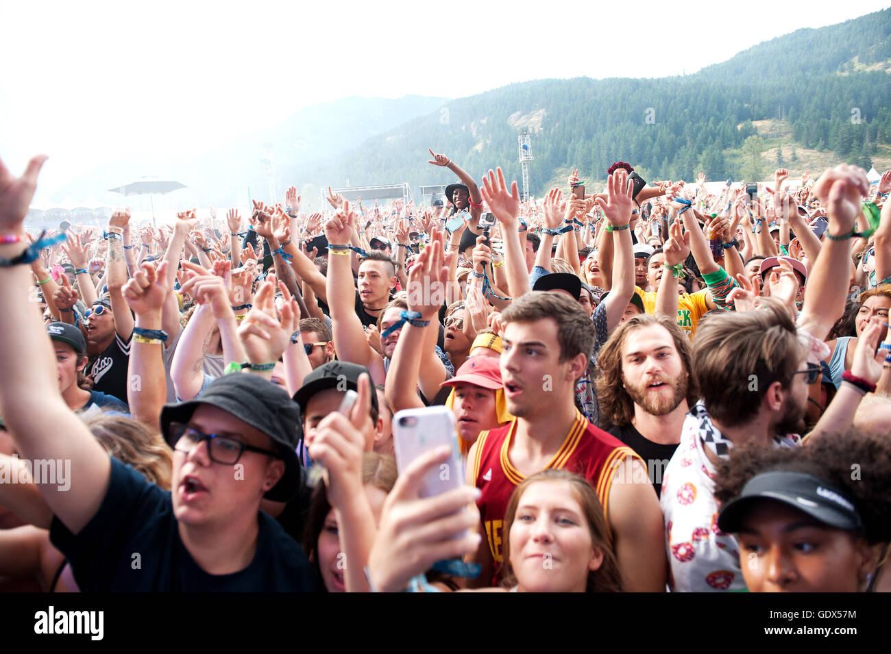 Grandes multitudes los conciertos de rock al aire libre. Fans celebran bajo la lluvia en el Pemberton Festival de Imagen De Stock