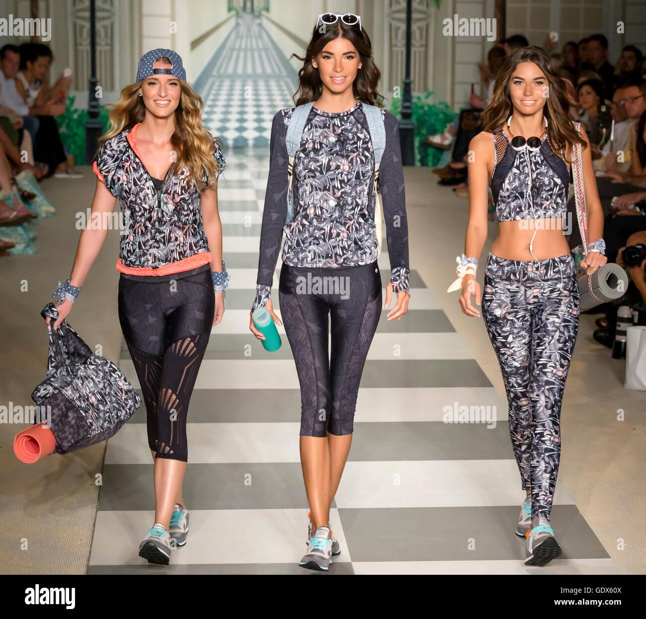 MIAMI BEACH, FL - Julio 17, 2016: Modelos a pie la pista de aterrizaje en el 2017 Maaji Colección en la Semana Imagen De Stock