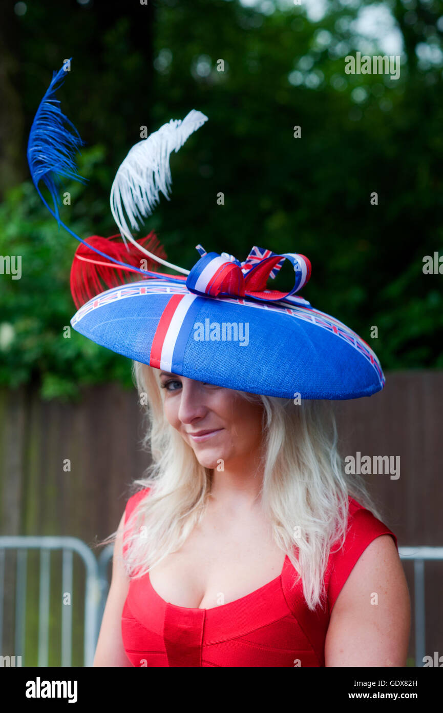 c21173e7ebe56 Una mujer vistiendo un Fascinator sombrero con Union Jack de colores