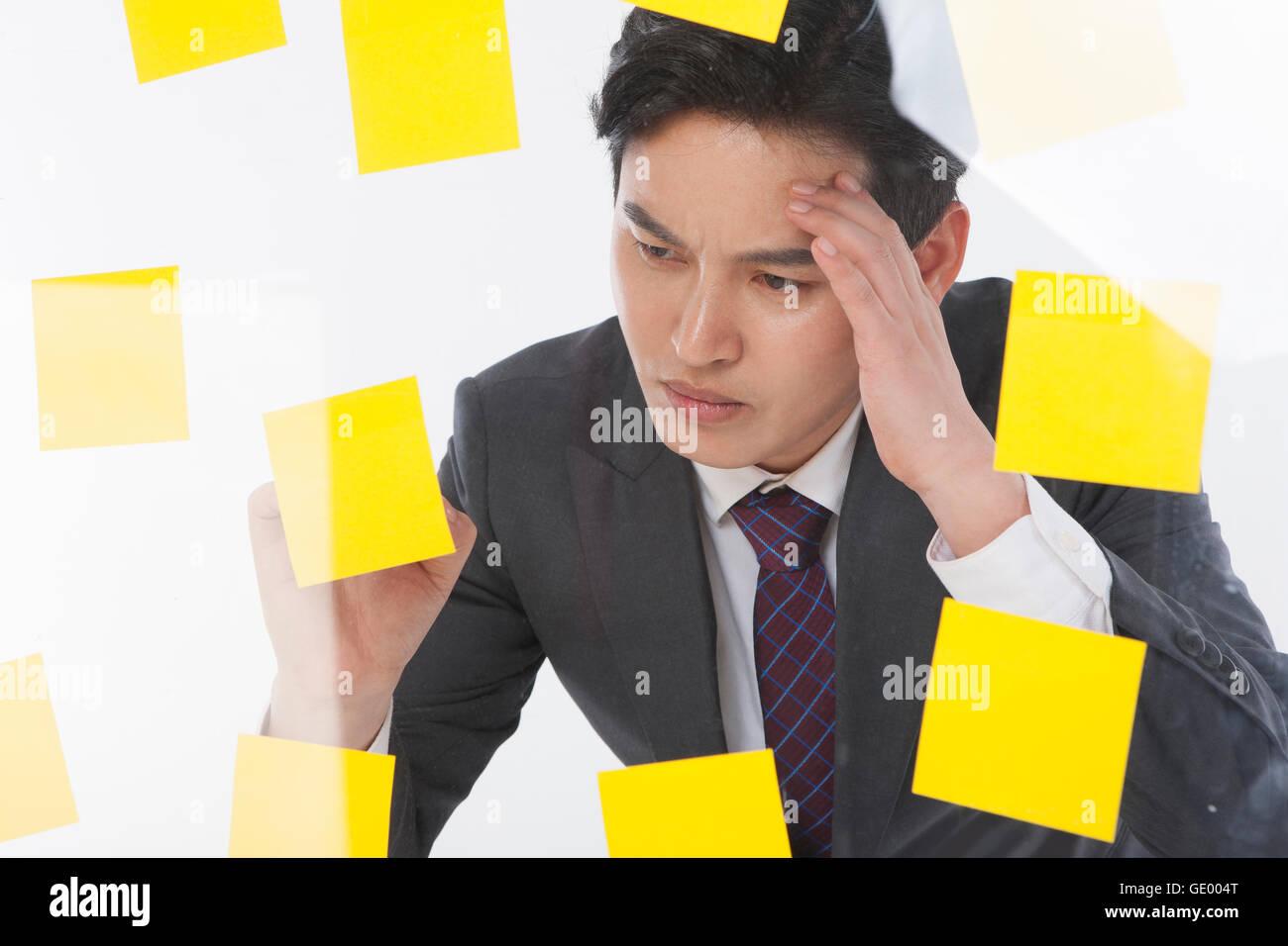 Retrato del hombre de negocios estresantes, con un montón de post-it Imagen De Stock