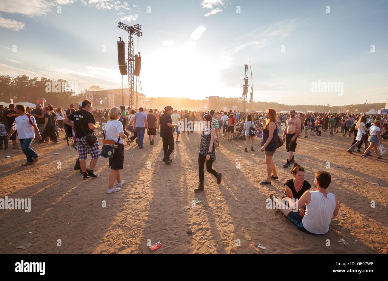 Gente esperando para el concierto en el ocaso de la 21 ª Festival de Woodstock en Polonia. Imagen De Stock