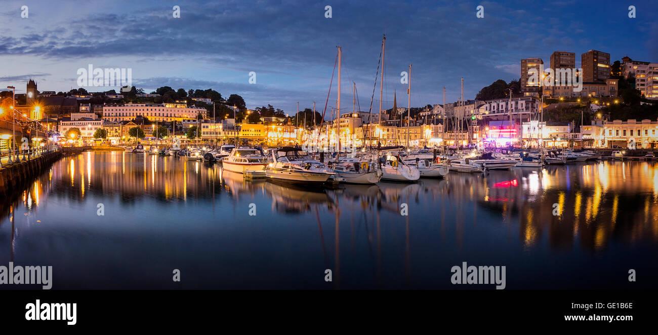GB - DEVON: Torquay Puerto y a la ciudad por la noche Imagen De Stock