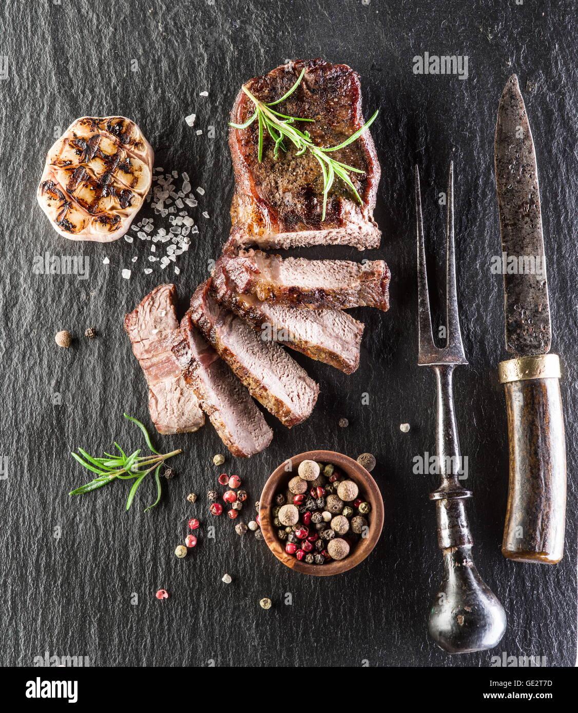 Rib Eye Steak con especias en la junta de grafito. Imagen De Stock