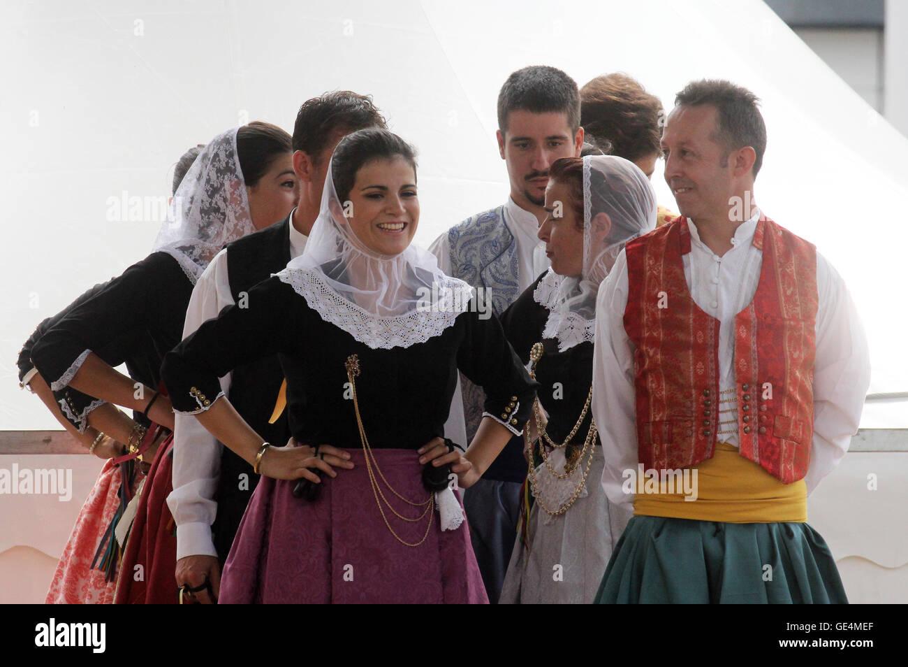 Los miembros del grupo folk Escola de ball de bot Calabruix desde Mallorca, España durante el Festival Internacional Foto de stock