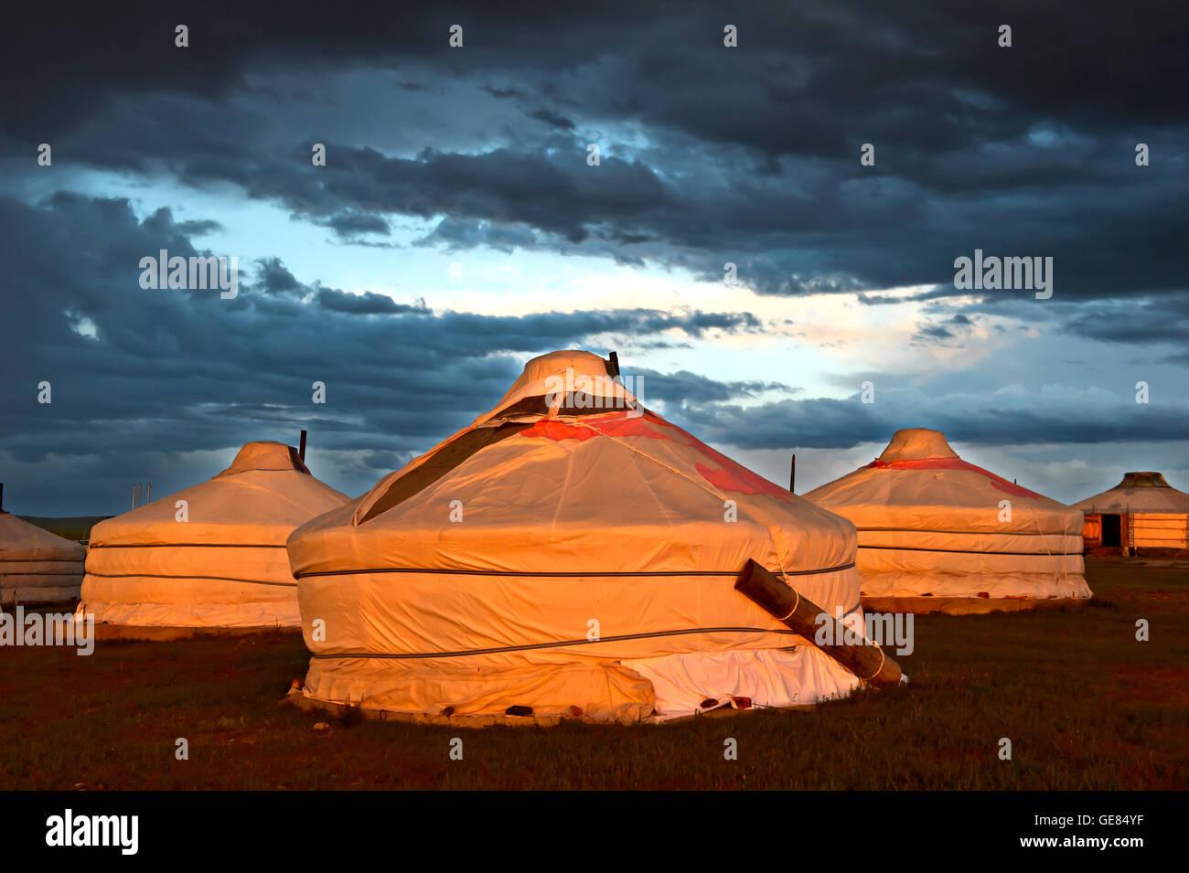 Gers o yurts del Khatan Ugii campamento turístico al atardecer en el lago Ogii Nuur, Mongolia Imagen De Stock