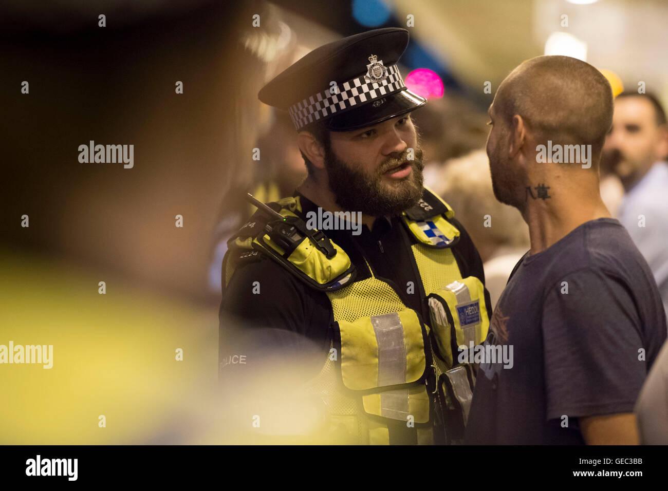 La Policía Británica de Transporte (BTP) en la estación ferroviaria de Cardiff en Cardiff, Gales, Imagen De Stock