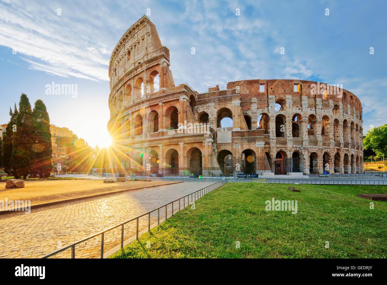 Coliseo de Roma con sol de mañana, Italia, Europa. Foto de stock