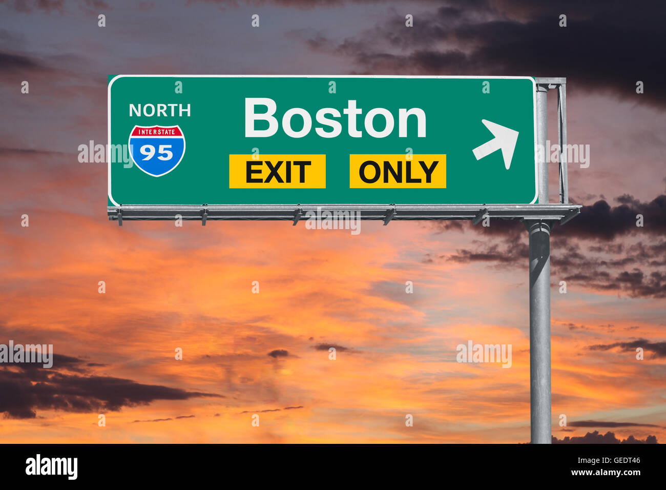 Boston salida autopista sólo firmar con el cielo del amanecer. Imagen De Stock