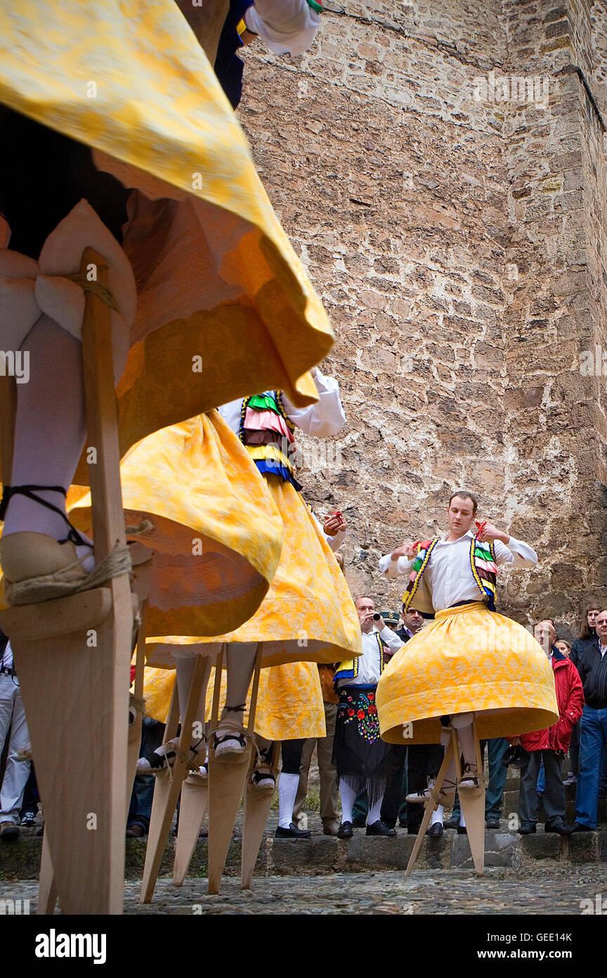 'Danza de los Zancos' danza folclórica, Anguiano, La Rioja, España Imagen De Stock