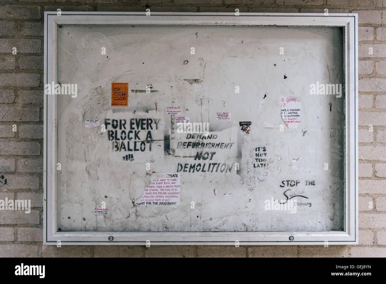 Signos en Aylesbury estate protestaban contra la demolición Imagen De Stock