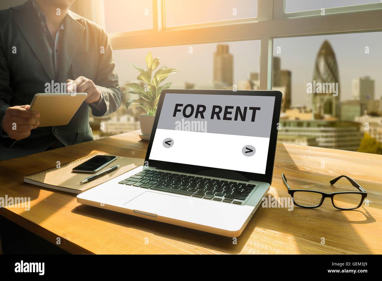 Para alquilar pensativo varón mirando a la pantalla tableta digital, pantalla de laptop,silueta y filtro sun Foto de stock