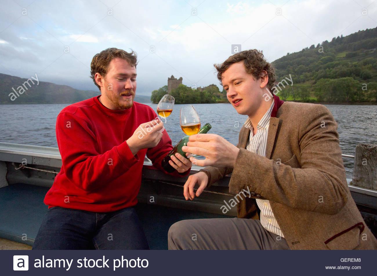 Cata de whisky en un viaje en barco en el Lago Ness, la Bahía de Drumnadrochit, Highlands de Escocia. Imagen De Stock