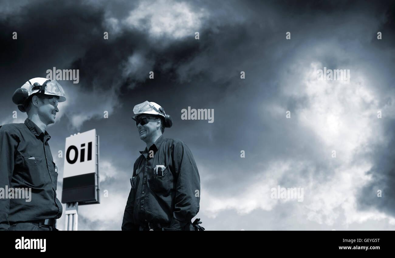 El petróleo y el gas los trabajadores encontrar petróleo y combustible Imagen De Stock