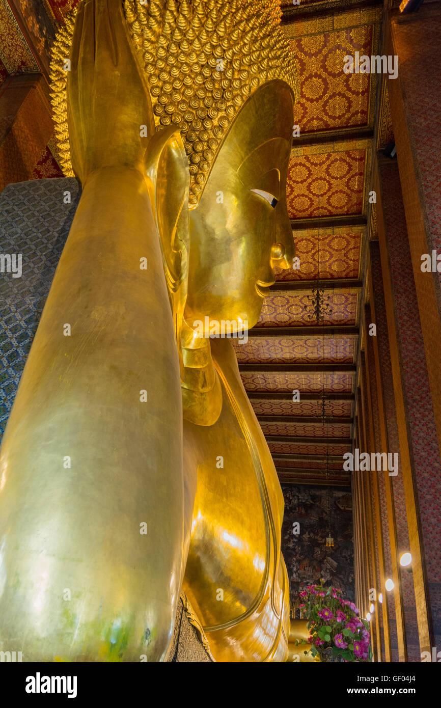 Big Buddha Reclinado estatua de oro de Wat Pho, Bangkok, Tailandia Imagen De Stock