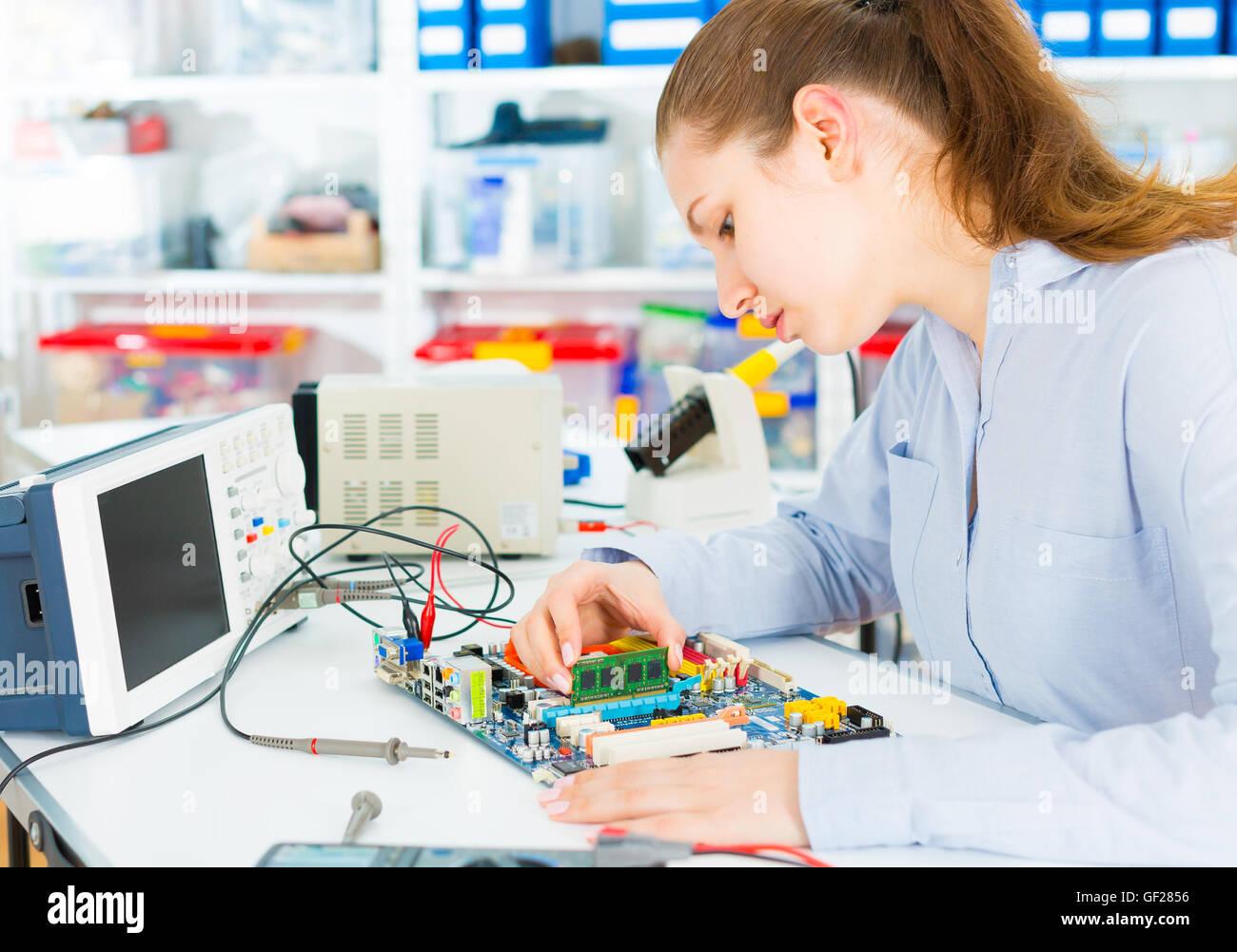 Tecnología de reparación electrónica fija placa circuito Imagen De Stock