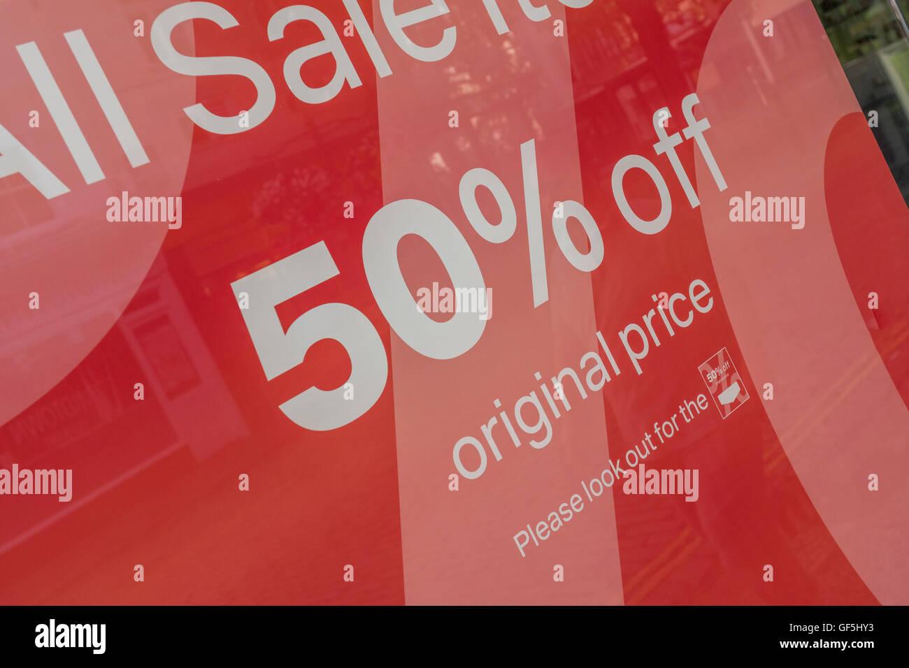 Las ventas en la calle alta posters - como metáfora del concepto de la recesión, la desaceleración económica, la Foto de stock