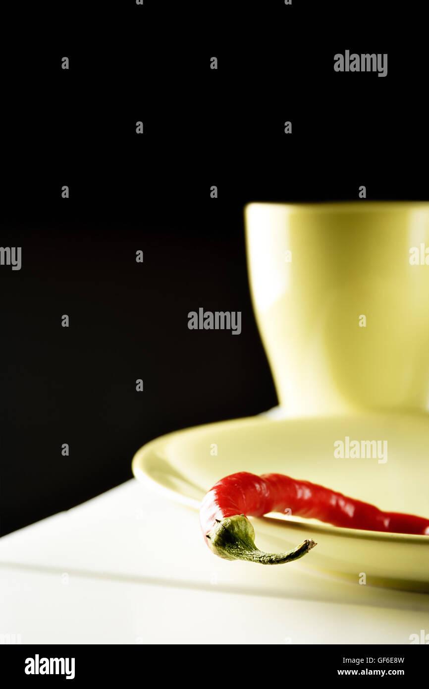 Pimiento rojo sobre verde sobre blanco plato de madera. Imágenes verticales. Foto de stock
