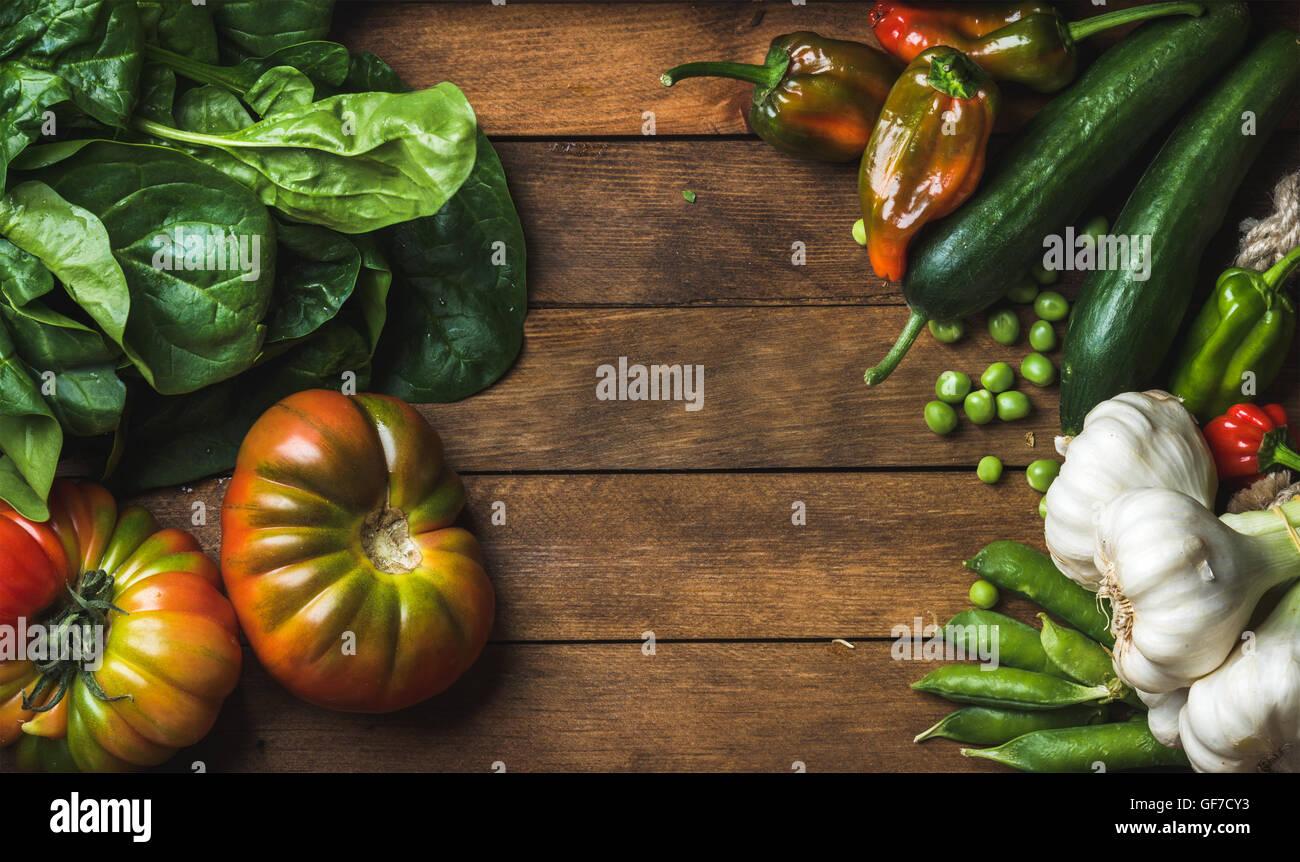 Materias vegetales frescos ingredientes para cocinar o ensalada saludable decisiones sobre fondo de madera Imagen De Stock