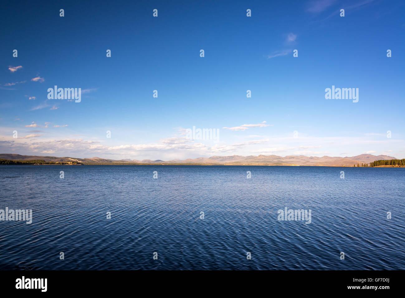 Con vistas al paisaje del lago Yellowstone con profundas aguas azules montes en el fondo en el Parque Nacional de Imagen De Stock