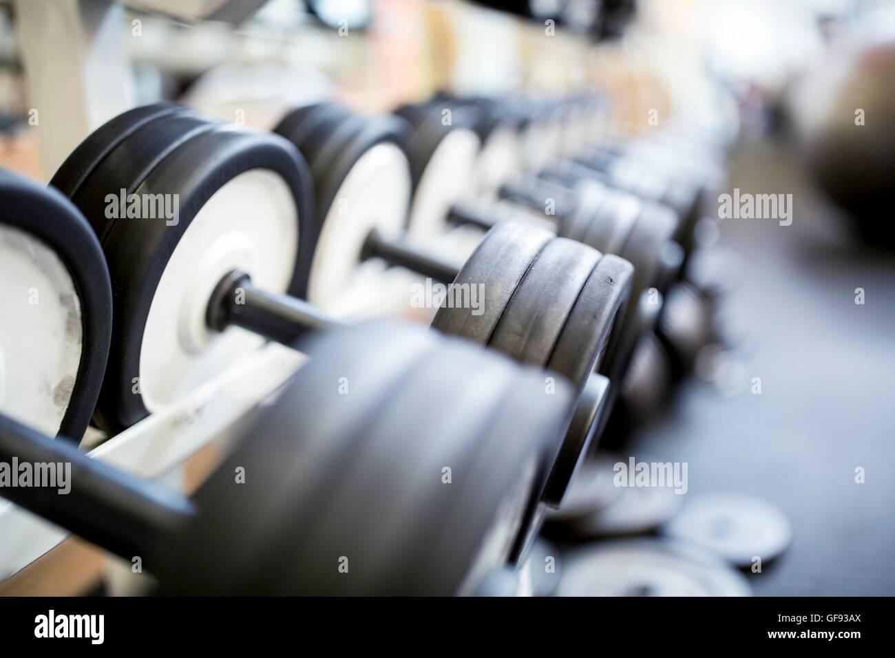 Liberados de la propiedad. Close-up de pesas pesadas dispuestos en fila en rack. Imagen De Stock