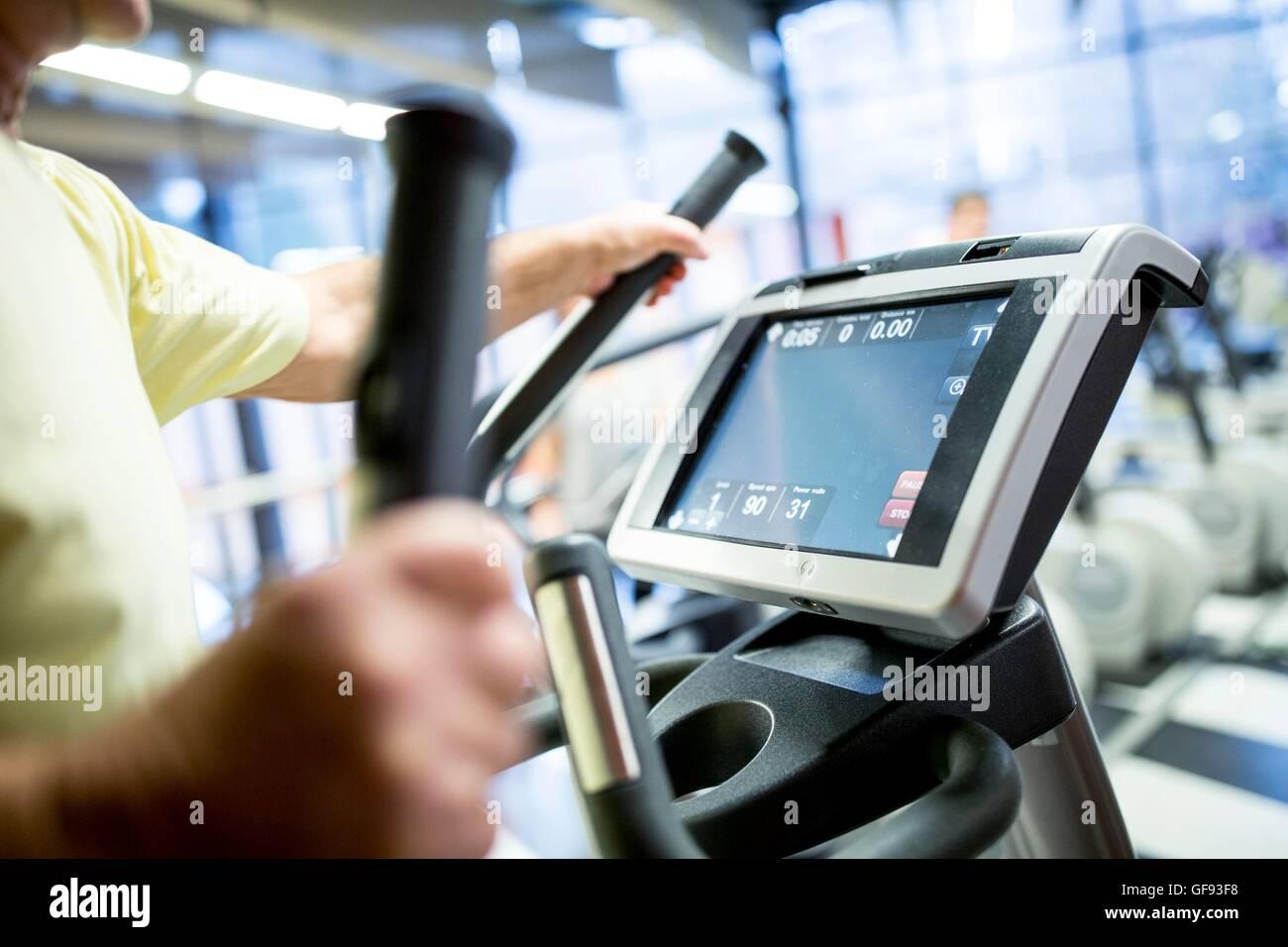 Liberados de la propiedad. Modelo liberado. El hombre ejerce sobre el ejercicio caminadora en el gimnasio. Imagen De Stock