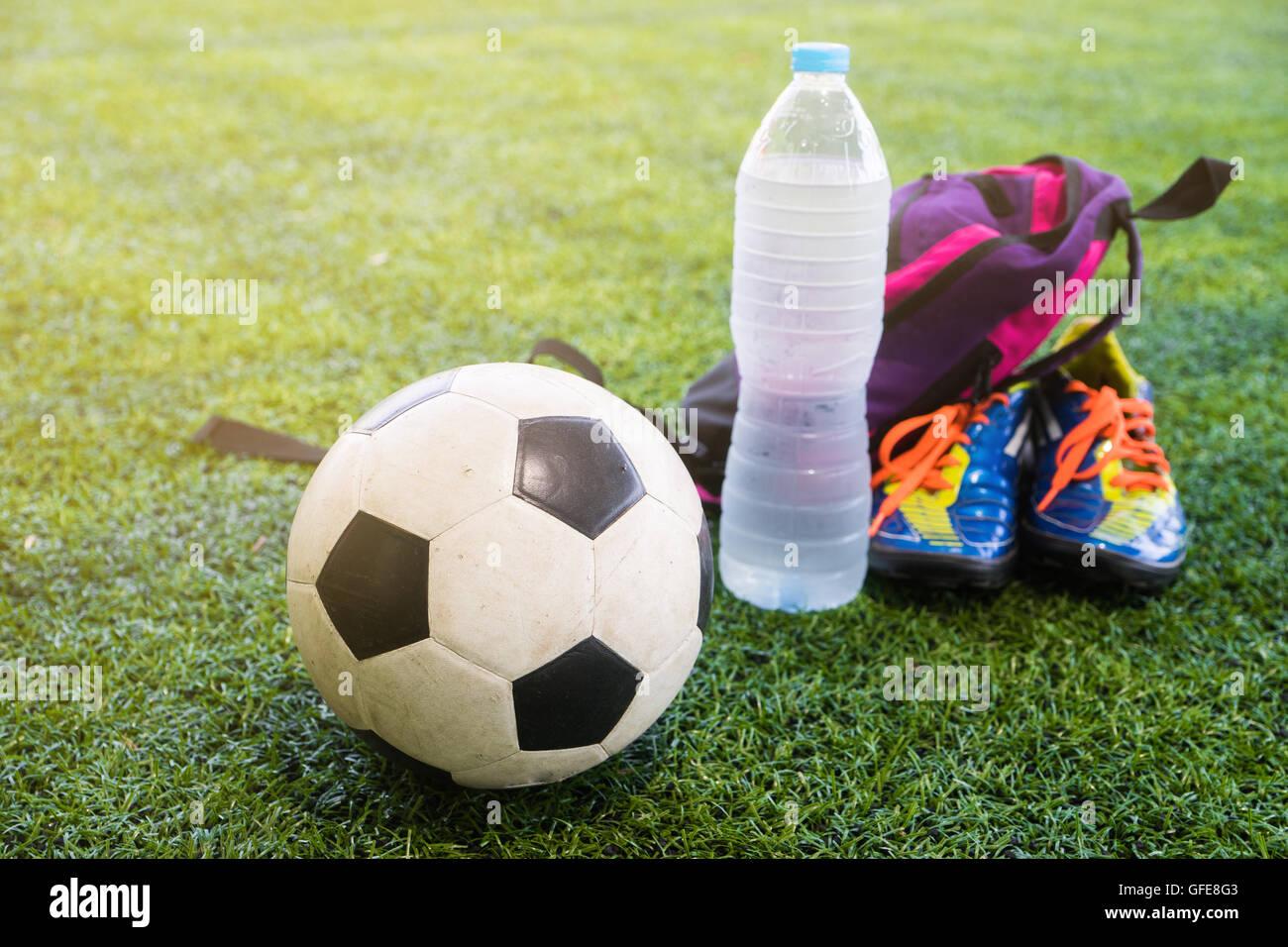 El fútbol y el agua fresca tras el partido en el campo Imagen De Stock 84248ef0dc3b0