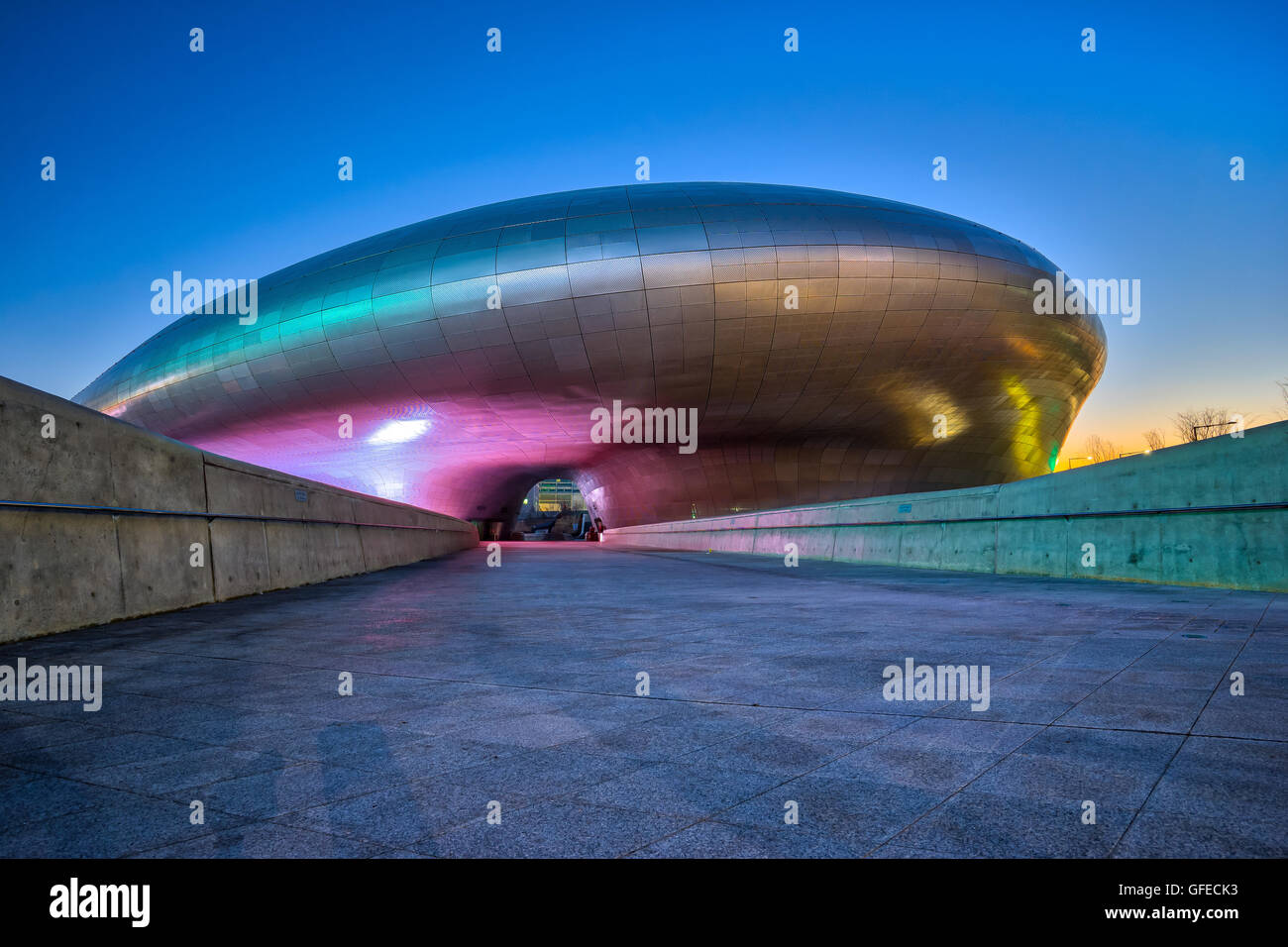 Seúl, Corea del Sur- Diciembre 7, 2015: El diseño de Dongdaemun Plaza, también llamado el DDP, es Imagen De Stock