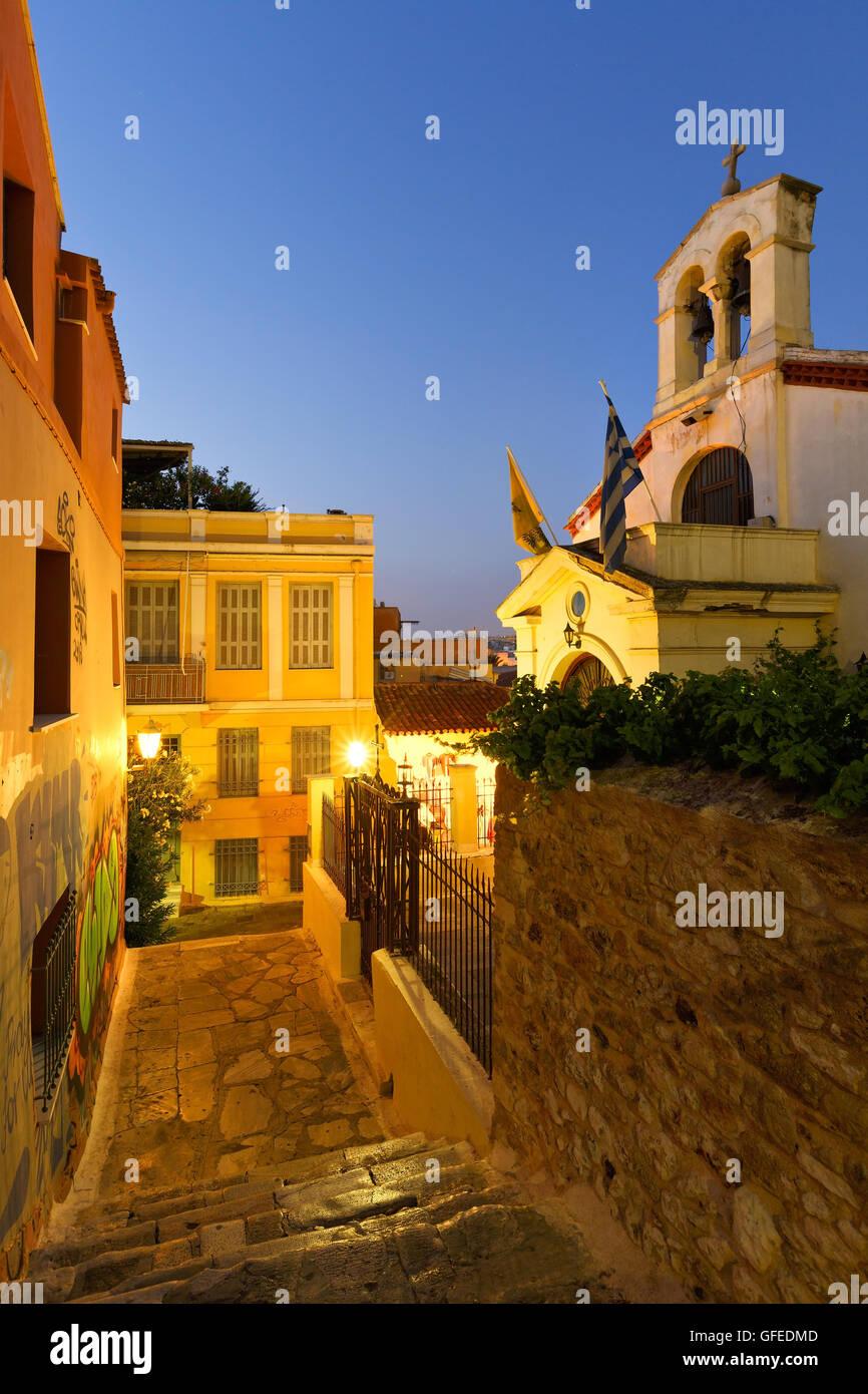 Iglesia en una calle de la ciudad antigua de Plaka, en el centro de Atenas. Imagen De Stock