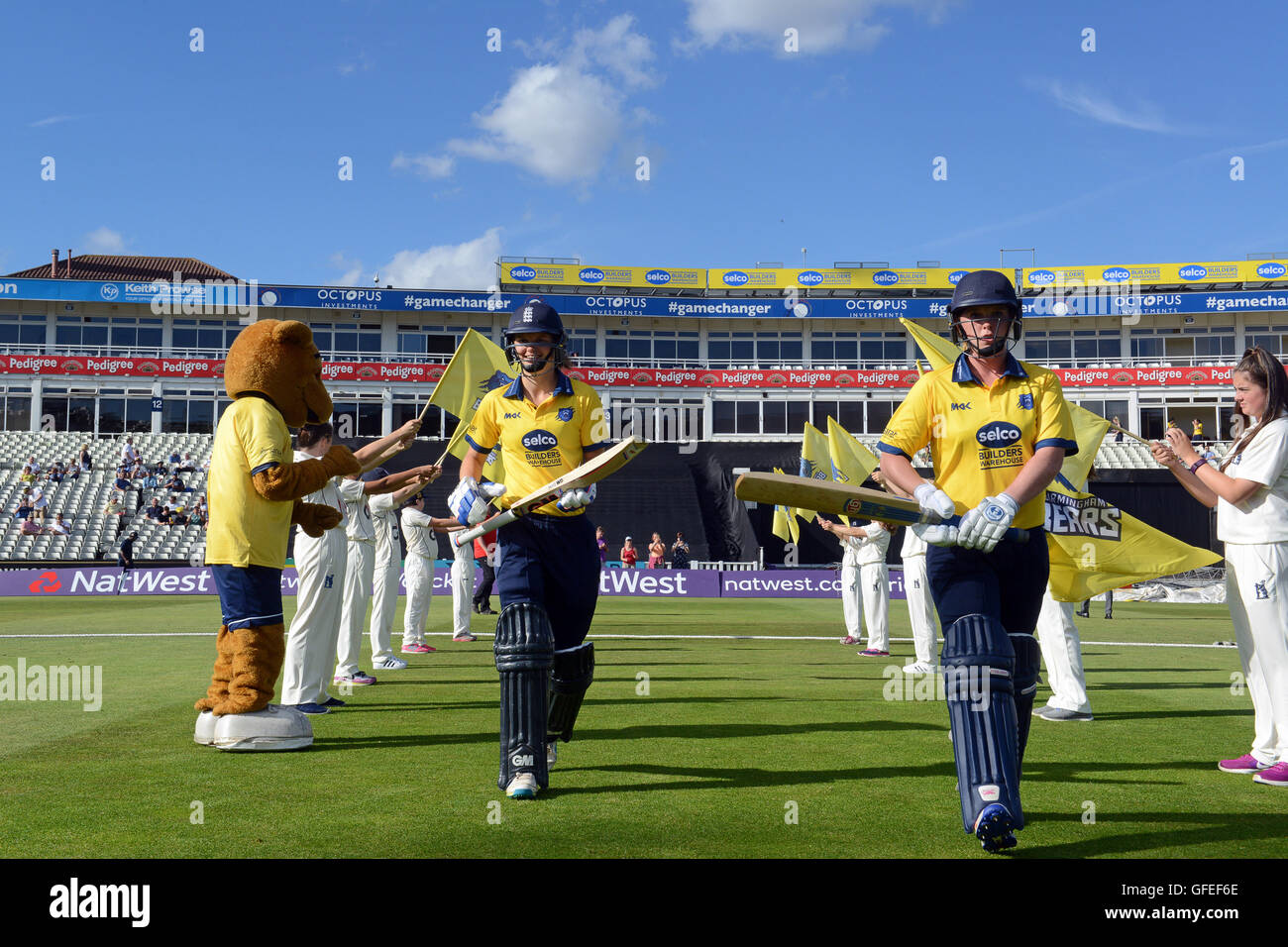 Warwickshire Bears señoras cricket team caminando a bat en Edbaston home de Warwickshire County Cricket Club Imagen De Stock