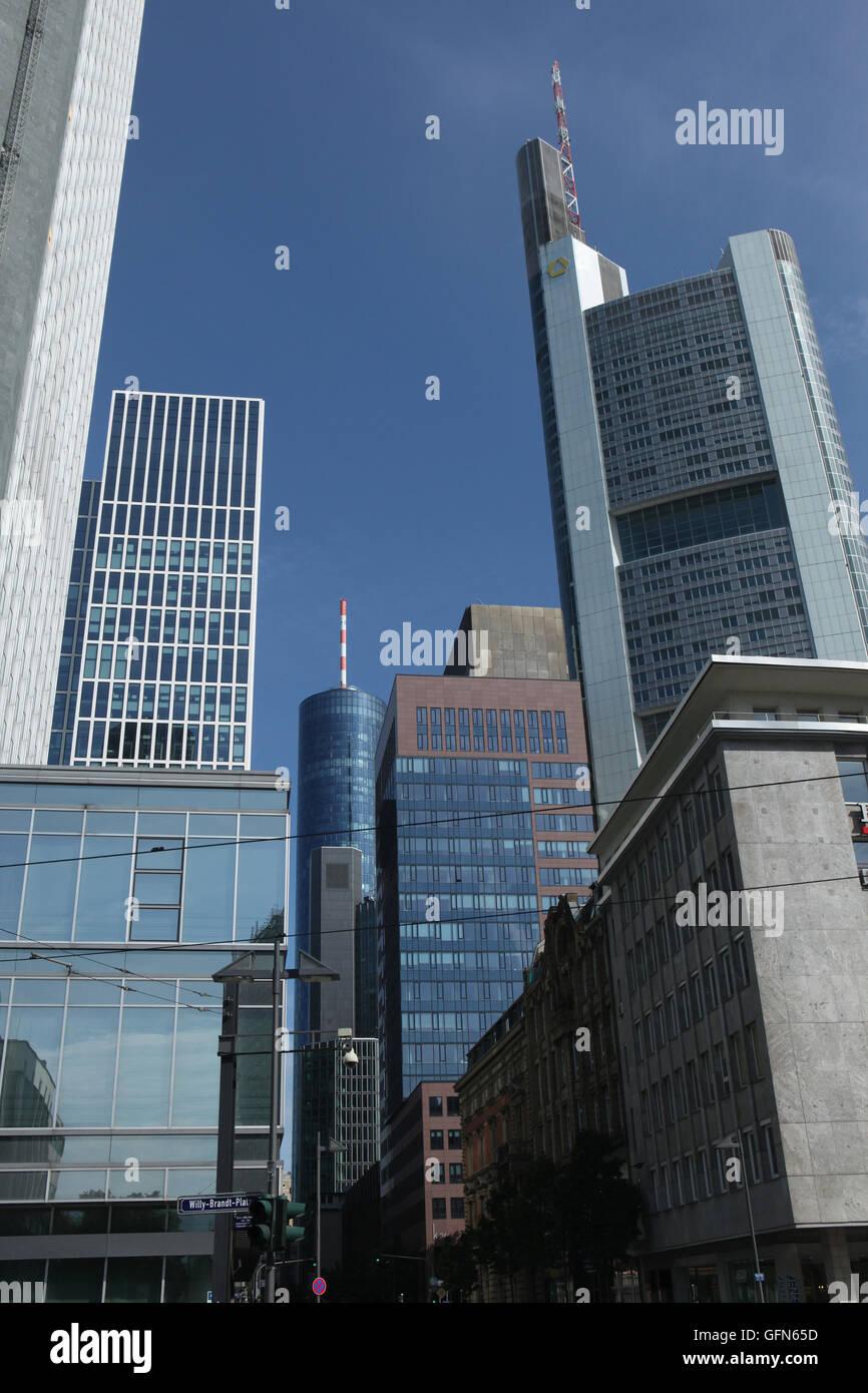 Modernos rascacielos en el distrito Bankenviertel (banca) en Frankfurt am Main, Hesse, Alemania. Foto de stock