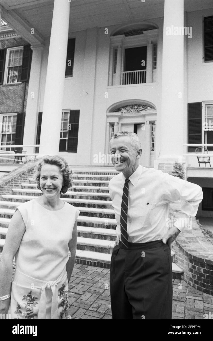 LeRoy Collins y Mary llamada Collins en el Grove Plantation en Tallahassee, Florida Imagen De Stock