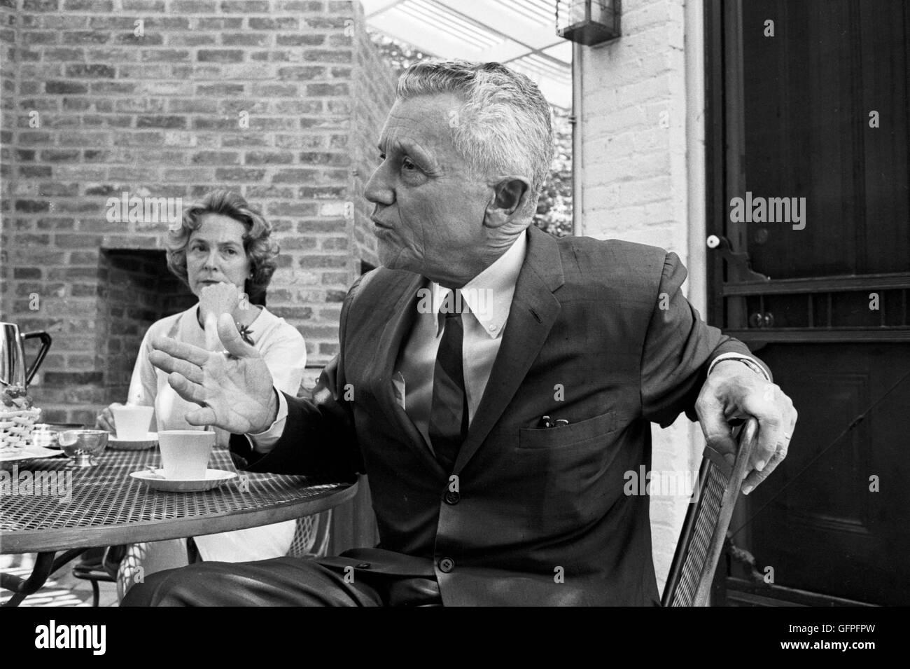 LeRoy Collins y Mary Collins llamada en su hogar en Georgetown Imagen De Stock